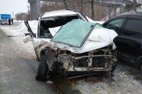 В машинах оказались зажатыми люди, им пытались помочь очевидцы ДТП.