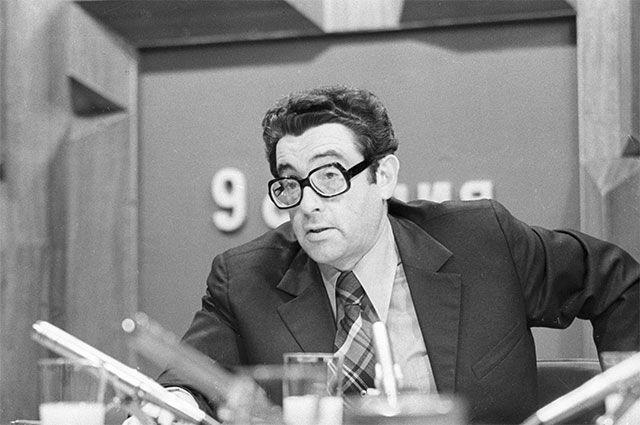 Политический обозреватель Всесоюзного радио и Центрального телевидения Валентин Зорин ведет передачу «9 студия». 1977 год.