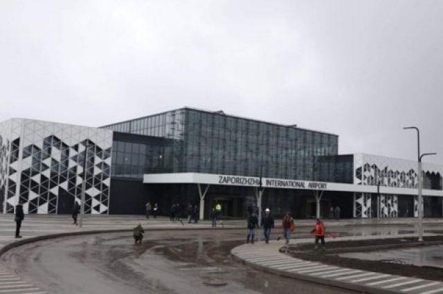 Семейная пара устроила драку в аэропорту Запорожья: подробности