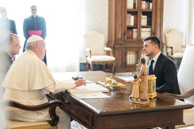 Зеленский попросил Папу Римского помочь с освобождением пленных украинцев