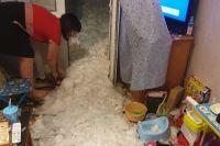 Жители выгребают залетевший в квартиру снег.