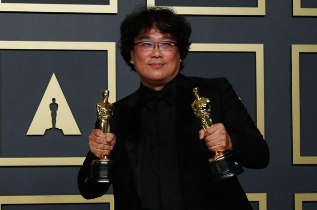 Режиссер Пон Чжун Хо с двумя полученными «Оскарами».