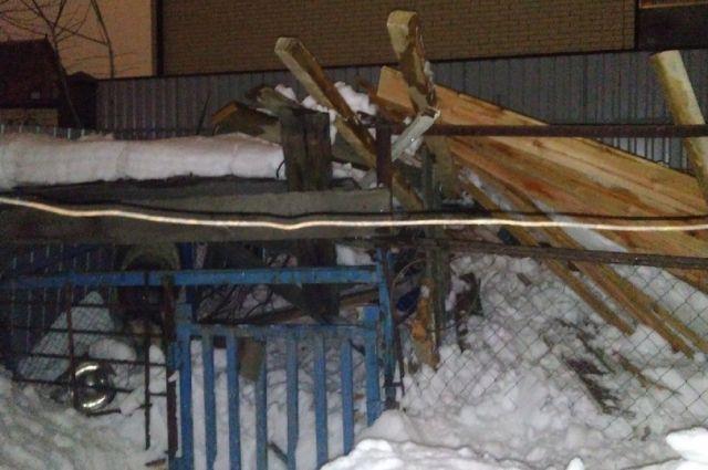 Хозяева дома, с которого сошел снег, уже почистили крышу и пообещали починить вольер весной, когда растает снег.