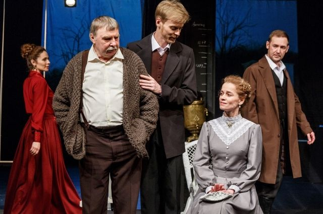 Роль писателя играет Василий Конев (в центре).