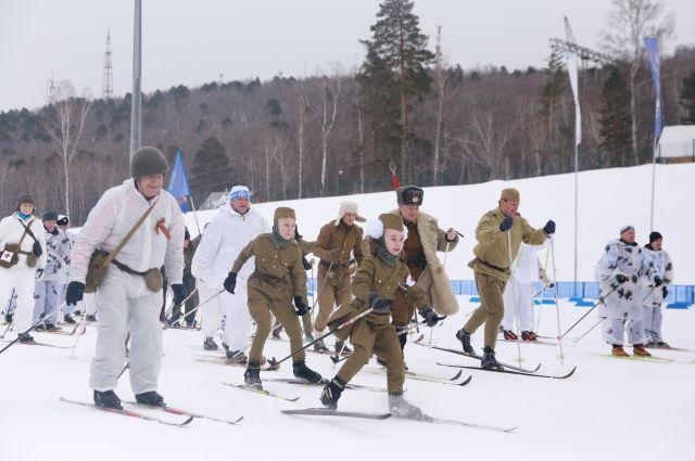 Главным стартом стал массовый забег в ретро-костюмах «Лыжный батальон Победы».