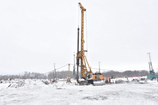 Всего на объекте будет более полутора тысяч свай диаметром 600 миллиметров, которые устанавливают на глубину до 41 метра.