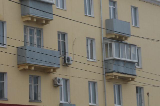 Балконную дверь закрыла двухлетняя девочка.
