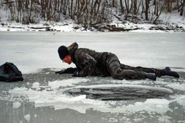 На Львовщине рыбаки провалились под лед, один из них умер от переохлаждения