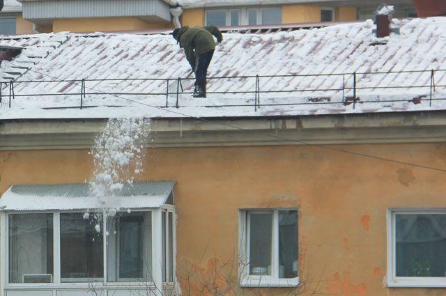 Когда коммунальщики стали счищать снег и наледь в крыши дома по Советскому проспекту, один из балконов обрушился.