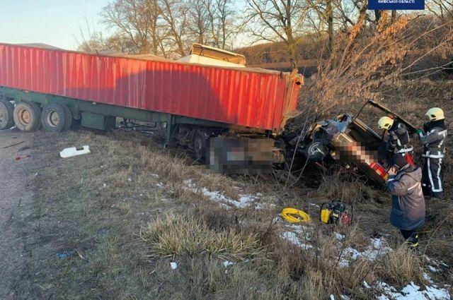 Смертельное ДТП в Киевской области: столкнулись фура и легковой автомобиль