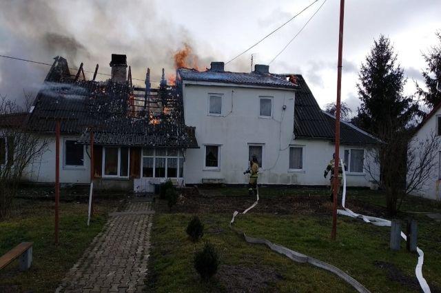 Сгорела и обрушилась крыша многоквартирного дома в Правдинском ГО