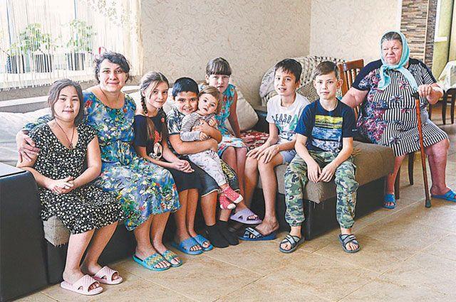 Надя попала в семью в 7 лет: «Она мяукала, ползала на коленках, боялась кошек и собак...»