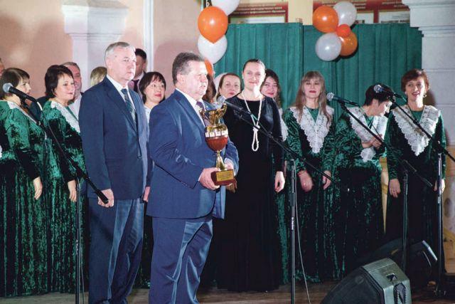 Ректор ВГАУ Николай Бухтояров получил Кубок организаторов Спартакиады из рук коллеги из Брянска.