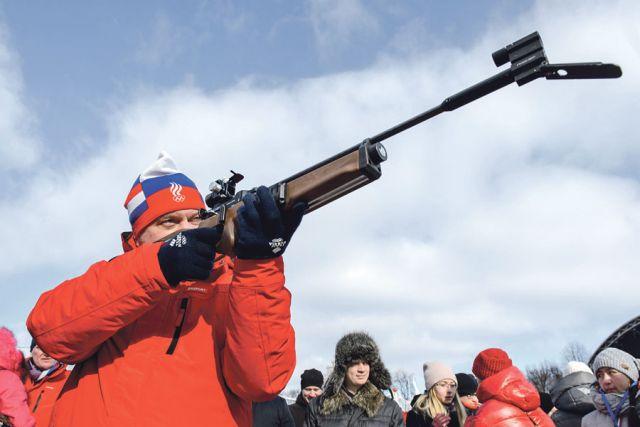 Глава региона показал себя метким стрелком – поразил все мишени из биатлонной винтовки.