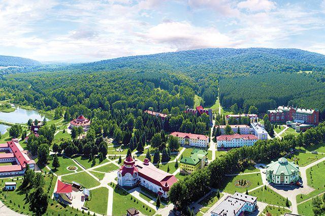 Территория санатория занимает 100 гектаров.
