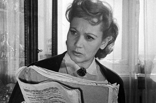 Лидия Смирнова разучивает новую роль. 1958 год.