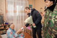 Глава Салехарда вручил четырем труженикам тыла памятные юбилейные медали