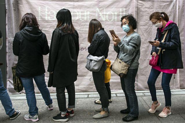 Очередь за защитными масками на одной из улиц в Гонконге.