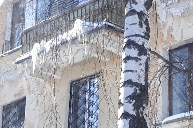 Сугроб на крыше дома возмутил северянина