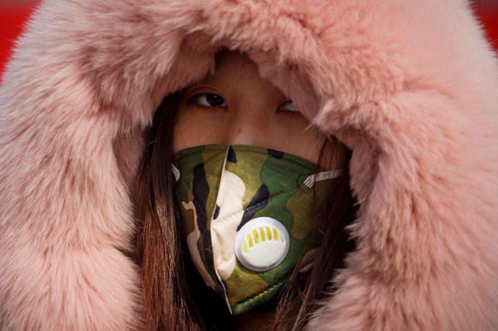 Женщина, приехавшая из провинции Хубэй, на контрольно-пропускном пункте в Цзюцзяне.