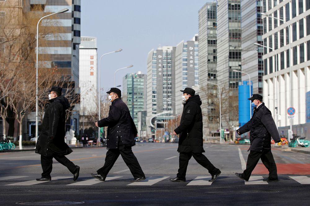 Прохожие в центре Пекина.