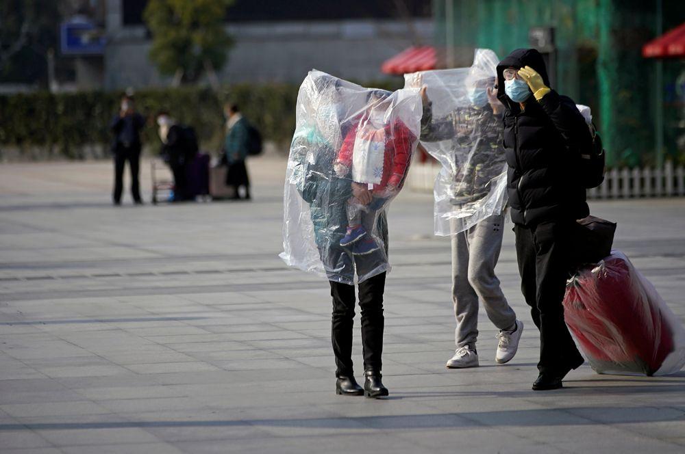Пассажиры на железнодорожном вокзале, Шанхай.