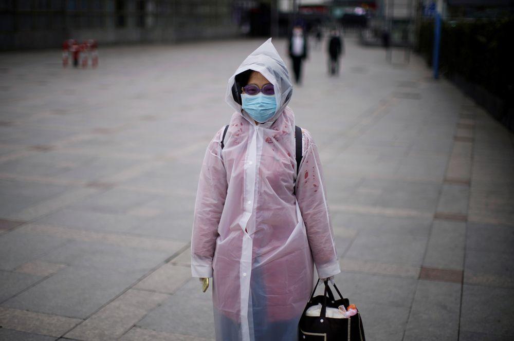 Женщина на железнодорожном вокзале, Шанхай.