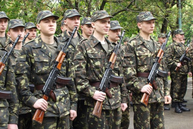 Украинцев будут поощрять за службу по контракту