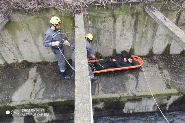 ЧП в Киеве: спасатели достали мужчину после падения с насыпи