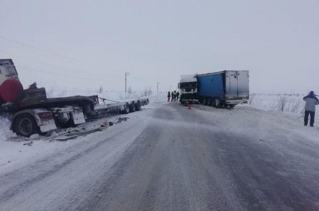 На трассе «Сургут - Салехард» автомобиль DAF столкнулся с Volvo
