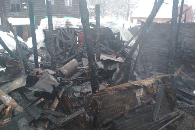 Огонь охватил постройки площадью 200 квадратных метров.