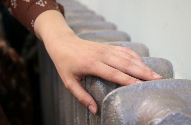 В декабре на улице средняя температура -8, а в батареи подают воду, нагретую до 80 градусов.