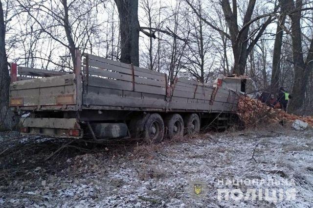 В Хмельницкой области грузовик с кирпичами влетел в дерево, есть жертва