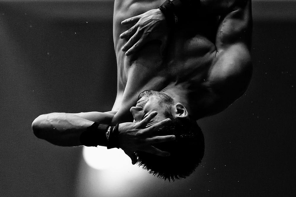 Спортсмен участвует в соревнованиях по прыжкам в воду с вышки 10 м среди мужчин в спортивном центре университета Намбу, Южная Корея.