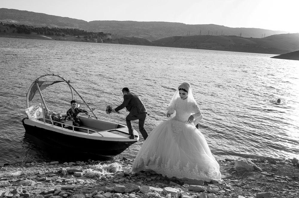 Пара совершает прогулку на лодке по озеру Дукан перед празднованием свадьбы, Ирак.
