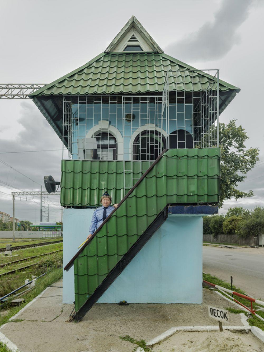 Одна из серии работ украинского фотографа Саши Маслова о женщинах, работающих на железной дороге.
