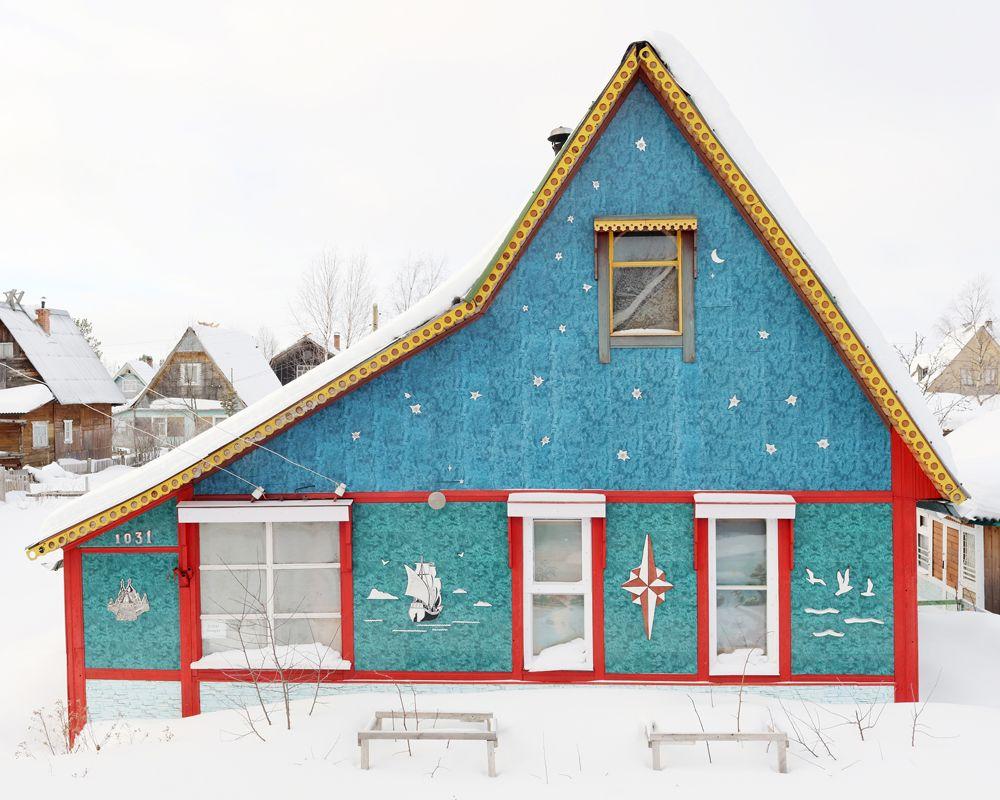 Снимок российского фотографа Федора Савинцева. Архитектура русской глубинки на примере садовых домиков на участке в шесть соток.