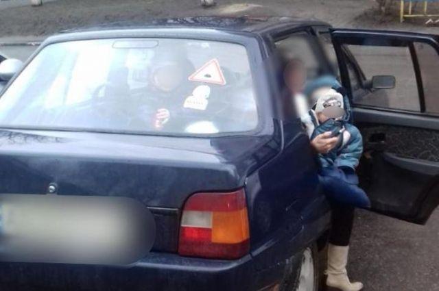 Под Киевом родители оставили в закрытом автомобиле маленьких детей