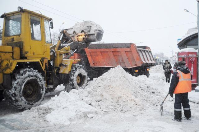 Коммунальные службы Оренбурга продолжают бороться с последствием снегопада