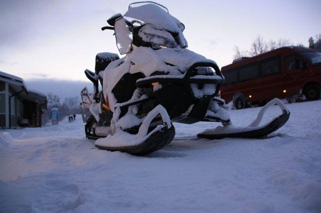 На ямальском зимнике водитель снегохода врезался в снежный бордюр
