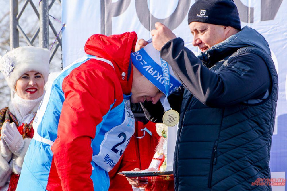 Весь пьедестал на дистанции пять километров заняли ангарские юноши и девушки. Первое место взяли Елизавета Козыревская и Илья Зуев, второе Варвара Ревягина и Егор Красуцкий, а третье – Дарья Дуплянко и Егор Кривошеев.