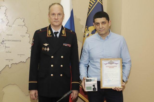 Александру вручили благодарственное письмо начальника ГУ МВД по НСО и видеорегистратор.