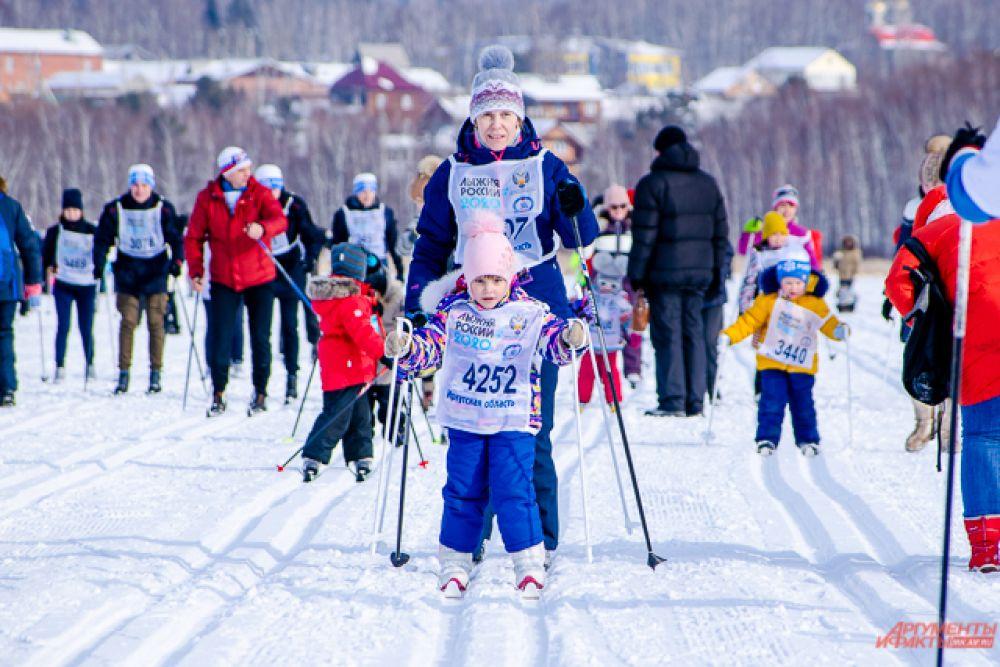 Следом за ними потянулись любители лыжного спорта - как дети, так и взрослые
