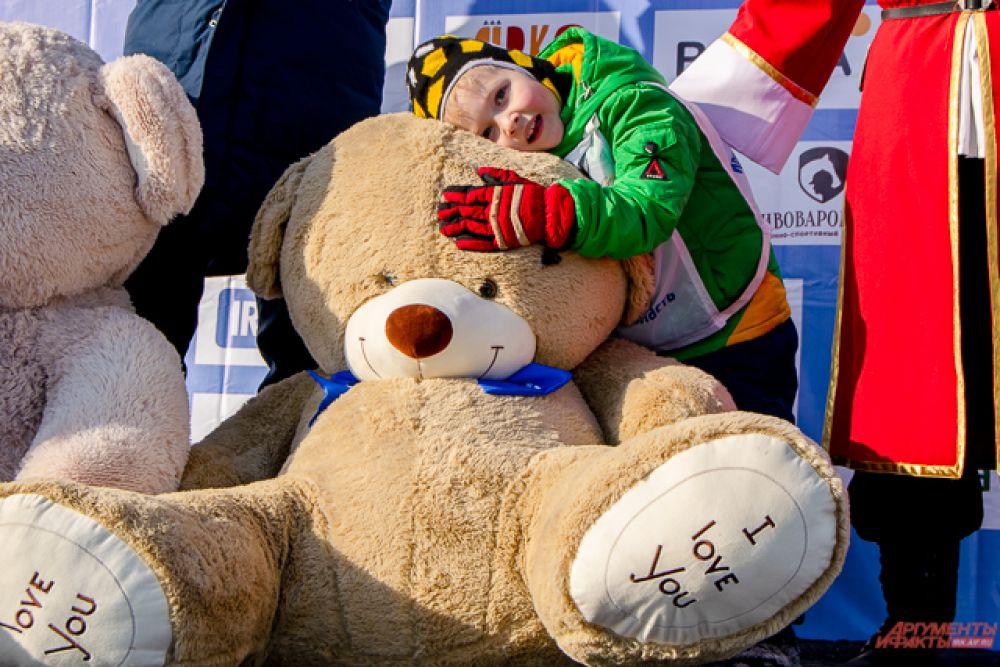В качестве приза брат и сестра получили по огромному полутораметровому плюшевому медведю.