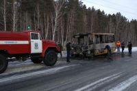 Школьный автобус на тюменской трассе сгорел из-за короткого замыкания