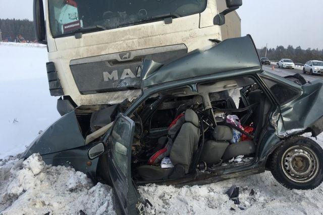 60-летний водитель автомобиля Daewoo Nexia, двигаясь в автоколонне, не справился с управлением и выехал на встречную полосу.