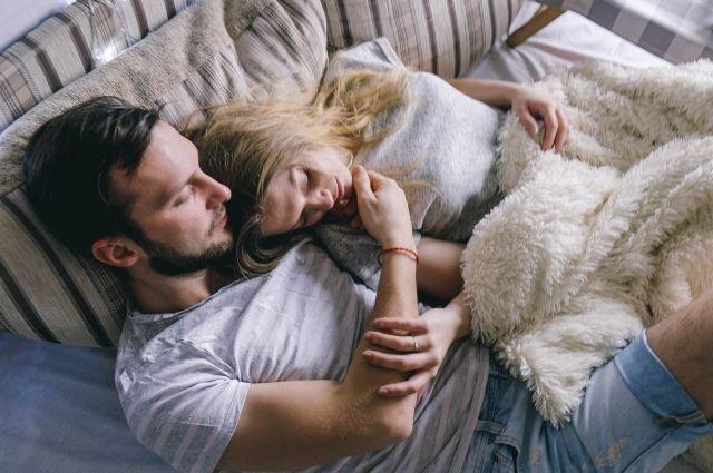 Ученые отметили, что хорошему сну людей способствует запах возлюбленных