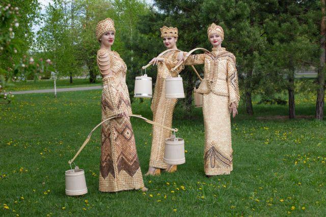 Смотришь на моделей в деревянной одежде и складывается впечатление, будто со дня основания города тайгинские красавицы щеголяли в таких оригинальных нарядах.