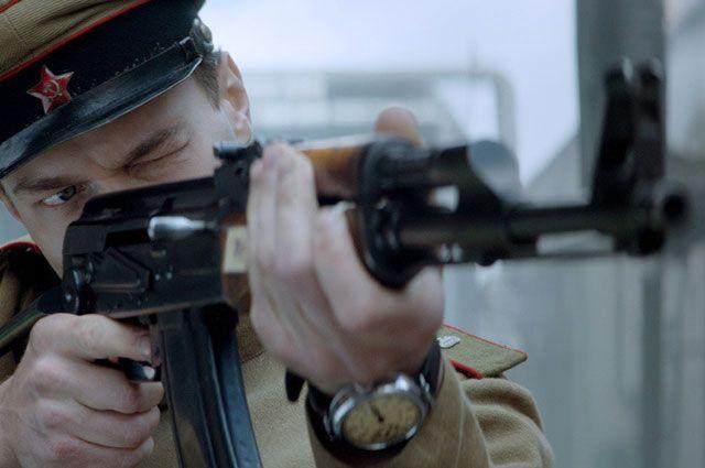 В художественном фильме авторы рассказали о жизни Калашникова с раннего детства и до 1949 года, когда за создание своего легендарного АК-47 он получил Сталинскую премию.