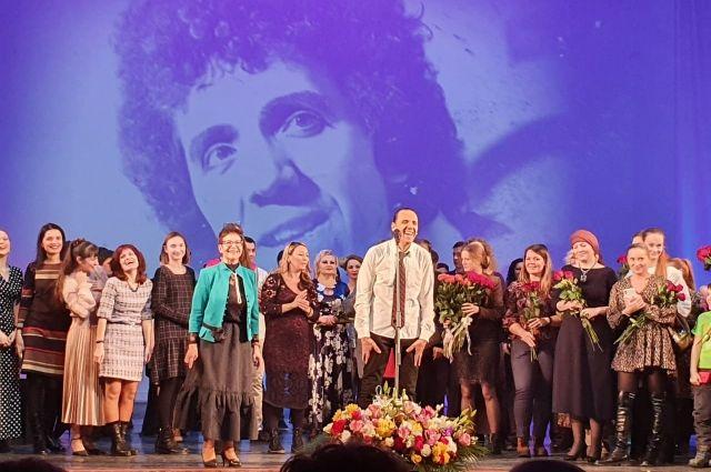 Концерт под названием «Легенда улыбается» был приурочен сразу к двум юбилеям талантливого актера — его 70-летию и 40-летию службы в театре.